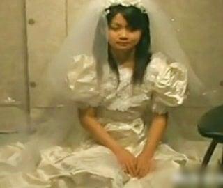 大便小便をかけられる花嫁
