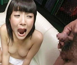 強制飲尿させられるパイパンロリっ娘