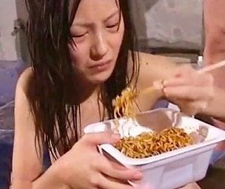 食糞する女の子