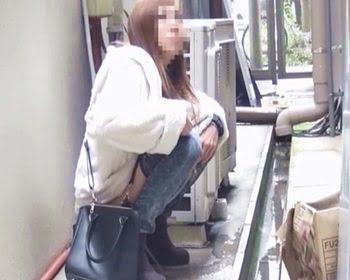 野小便する女の子を盗撮