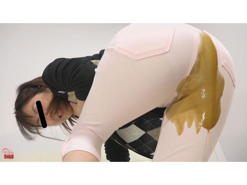【大便】ピタパンの裾から漉し糞がニュニュニュニュニュ~wピチピチパンツでお漏らし観察 その1
