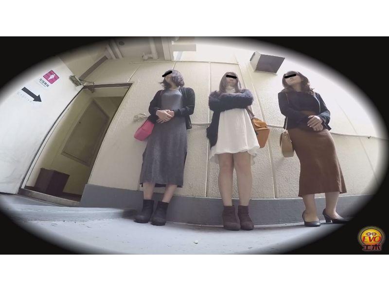 【排便盗撮】行列のできる街中公衆便所小便盗撮 その4