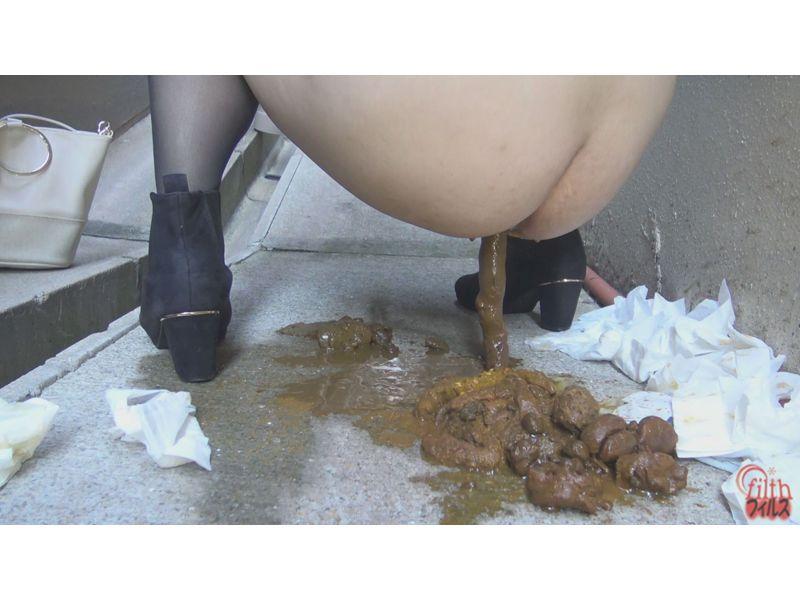 【排便盗撮】恥音と飛沫を上げて水糞ぶっぱ!路地裏下痢便の様子を隠し撮り その5