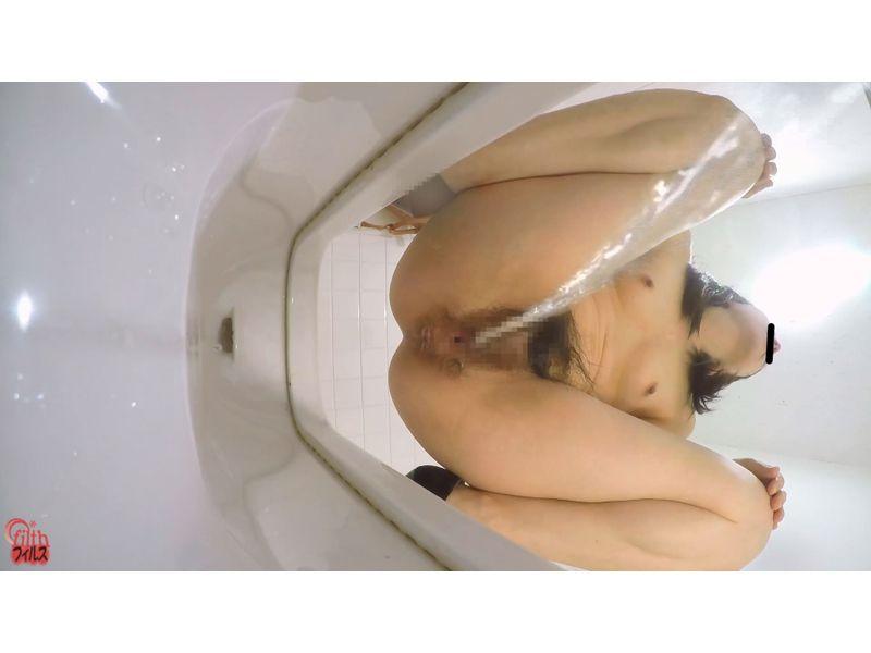 【排便盗撮】和式便所隠撮!すっぽんぽんでないと小便出来ない癖持ち女子の排泄風景 その7