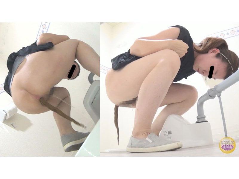 【排便盗撮】和式便所隠撮!自分の尻から怪便が産み落とされる瞬間を凝視する女 その10
