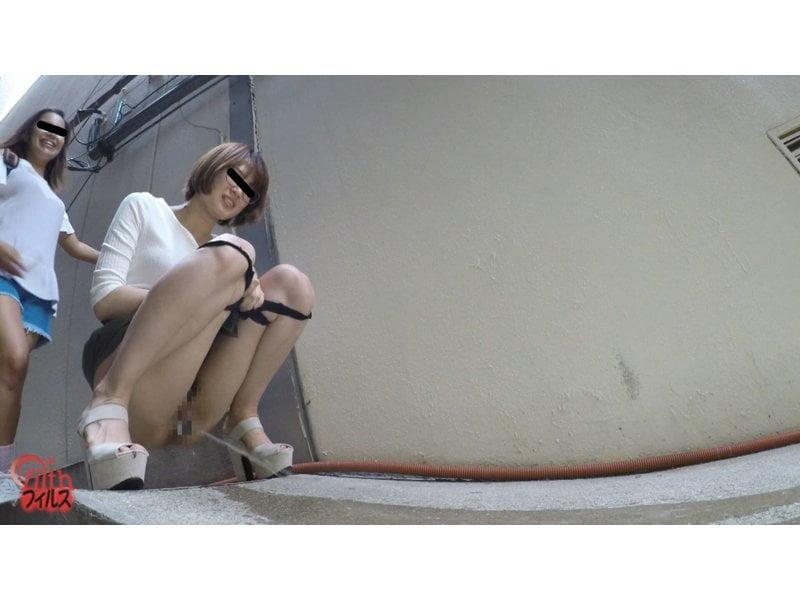 【排便盗撮】神友と一緒にオシッコしーしー!素人娘たちの路地裏連れ小便を隠し撮り その1