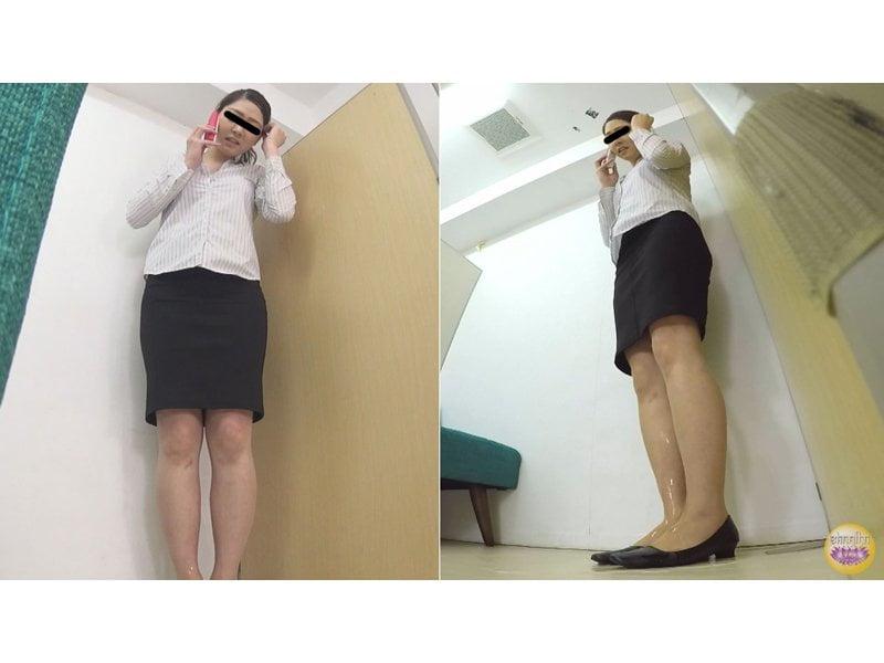 【排便盗撮】ピリつく空気に膀胱がもう限界っ!クレーム対応中の小便お漏らし その7