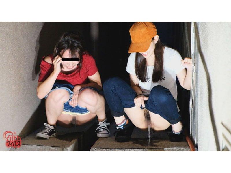 【排便盗撮】神友と一緒にオシッコしーしー!素人娘たちの路地裏連れ小便を隠し撮り その11