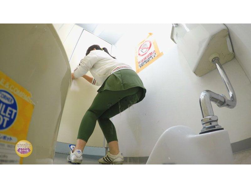 【排便盗撮】美しいジョガーたちのトイレ駆け込み小便 その4