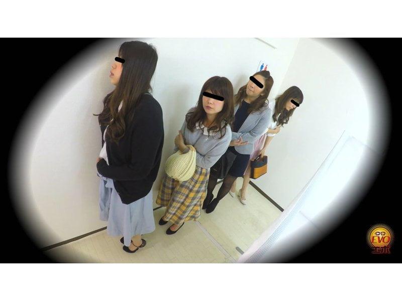 【排便盗撮】和式便所小便隠し撮り 行列のできる公衆トイレで女子のオシッコを撮りまくり! その1