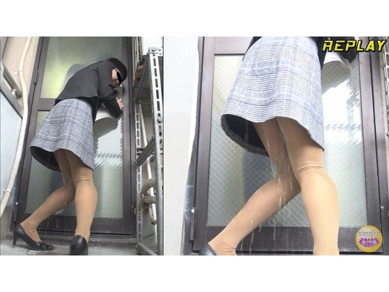【排便盗撮】トイレが空くまでもう持たないっ!膀胱パンパンOLの緊急避難小便 その4