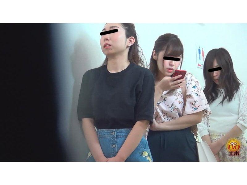 【排便盗撮】和式便所小便隠し撮り 行列のできる公衆トイレで女子のオシッコを撮りまくり! その10