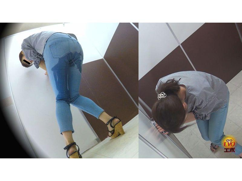 【排便盗撮】膀胱がマジ限界っ!サービスエリアトイレ目前で小便お漏らししちゃった女性 その11