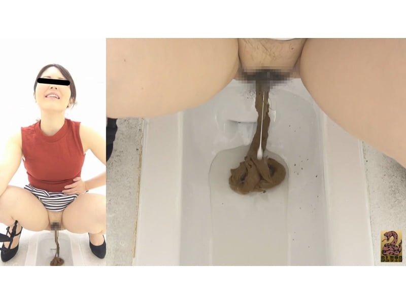 【排便盗撮】最高にスケベな和式便所大便盗撮 ウンチと一緒にマンコからトロ~リ白濁汁が…!その35