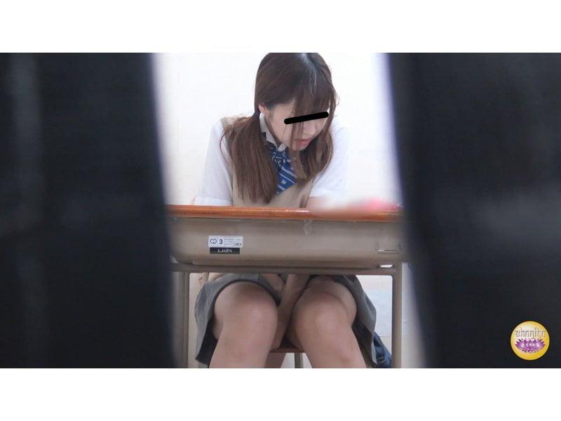 【排便盗撮】終業チャイムと同時に猛ダッシュ!女子校生トイレ駆け込み小便の一部始終 その11
