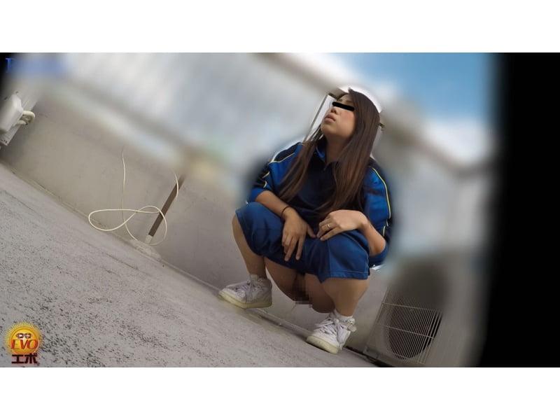 【排便盗撮】誰も来ないウチにコッソリ…女子校生たちの青空野小便を隠し撮り その5