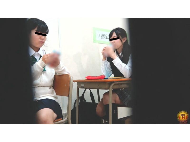 【排便盗撮】学習塾和式便所小便盗撮 静かな個室トイレに響いた女子校生のおならと爆尿 その23