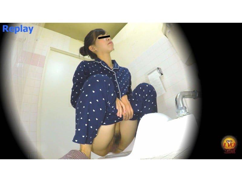 【排便盗撮】女子大生の寝起きおしっこ 一晩溜まりに溜まった朝イチ尿が一気にブッシャー! その12