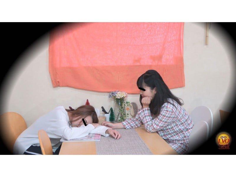 【排便盗撮】女子大生の寝起きおしっこ 一晩溜まりに溜まった朝イチ尿が一気にブッシャー! その13