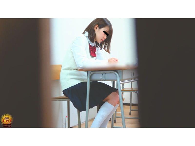 【排便盗撮】学習塾和式便所小便盗撮 静かな個室トイレに響いた女子校生のおならと爆尿 その21