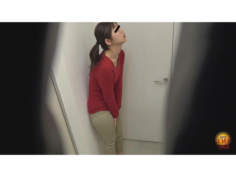 【排便盗撮】ギリギリアウト!トイレ前小便お漏らし その3