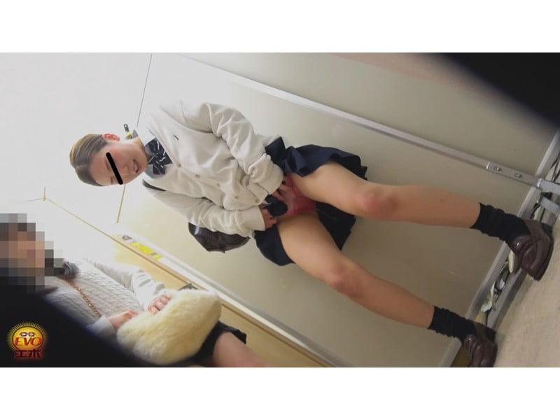 【排便盗撮】無念の失禁!女子校生トイレ目前小便お漏らし その29